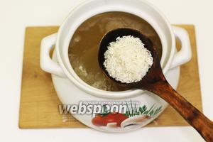 Картофель закипел, вводим промытый рис. Опять же доводим до кипения и варим до готовности риса и картофеля.