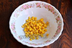 В глубокую тарелку высыпаем кукурузу.
