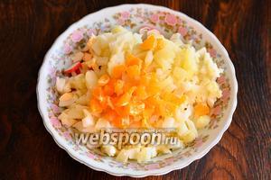Мандарины также нарезаем как и картофель.
