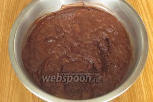 Добавить сливочное масло, тыквенное пюре, миндаль, ром, просеять через мелкое ситечко какао и хорошо перемешать.