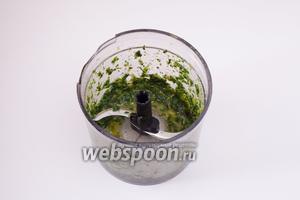 Извлечь мяту из воды (жидкости дать стечь) и измельчить любым удобным вам способом вместе с оливковым маслом и солью до более-менее кашеобразного состояния.