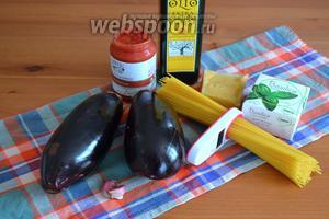 Ингредиенты для приготовления таких спагетти в рулетиках из баклажанов: спагетти, баклажаны, томаты в собственном соку, чеснок, сыр, соль и перец, а также базилик.