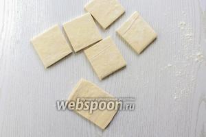 Тесто размораживаем при комнатной температуре, каждую часть разрезаем на 4 или 6 частей. Раскатываем немного в одном направлении.