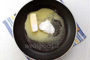 Растапливаем масло с добавлением сахарной пудры.