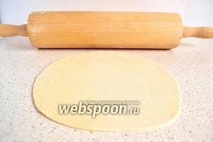 Делаем лепёшки. Отщипнуть небольшое количество теста и раскать толщиной 1-1,5 мм, размером с большое блюдце.