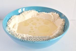 Сначала приготовим тесто. Для этого муку смешать с солью в миске, добавить воды и растительное масло.