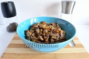 Обжарить грибы с луком на растительном и сливочном масле 5 минут. В конце немного посолить и поперчить по вкусу.