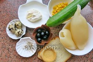 Хлеб тостерный (тарталетки), 2 тушки кальмара, 100 г консервированной кукурузы, несколько оливок для остроты, перепелиные яйца по количеству тарталеток, соль, перец, уксус.