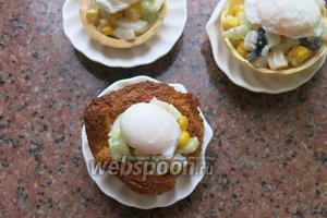 Сверху выкладываем яйца. Если яйца остыли, аккуратно опускаем в тёплую воду на 1 минутку. Приятного аппетита!
