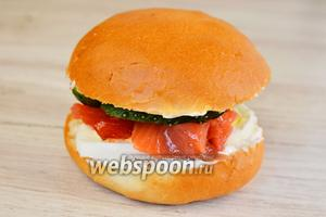 Соединяем 2 части булочки вместе, получаем аппетитный гамбургер.