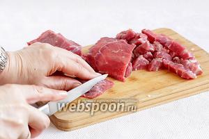 Мясо говядины нарезать соломкой или кусочками в подмороженном виде.