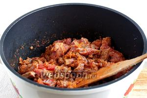 Добавить нарезанное мясо. Будет казаться, что всё очень сухо, но воду добавлять пока не нужно. Надо довести мясо до полного посветления, при постоянном перемешивании. Состав сразу становится влажным и сочным.