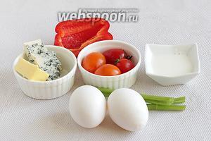 Для приготовления омлета возьмём яйца, молоко, стебель сельдерея, помидоры черри, сливочное масло, сыр с голубой плесенью (очень вкусно), половинку сладкого перца.
