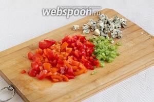 Помидоры, сладкий перец, сельдерей нарезать помельче.  Сыр раскрошить.