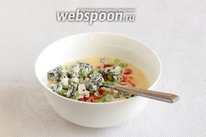 Соединить яйца с овощами и сыром.