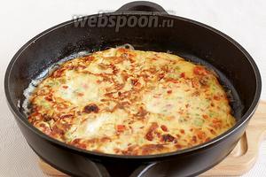 Сыр в омлете приятно плавится. Омлет получается румяным, сочным и очень вкусным. Подавать его предпочтительнее с овощами и зеленью. Быстрый завтрак вам обеспечен.