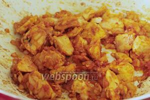 Добавить салчу, соль и специи. Специи по вкусу, но булгуру очень идёт сладкий молотый перец и острый перец чешуйками. Перемешать и подержать ещё 1-2 минуты, чтобы все вкусы ингредиентов перешли друг в друга.