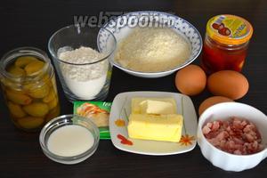 Ингредиенты для приготовления закусочного кекса: мука, разрыхлитель, сливочное масло, тёртый сыр Пармезан, бекон (нарезанный кубиками), вяленые помидоры, зелёные оливки, яйца, молоко и щепотка соли.