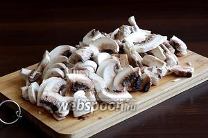 Грибы очистить и нарезать произвольно. Кусочки грибов  уменьшаются в размере при жарке.