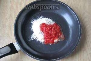 К муке добавляем измельчённые помидоры в собственном соку или готовый томатный морс.
