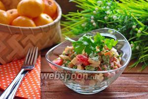 Салат с колбасным копчёным сыром