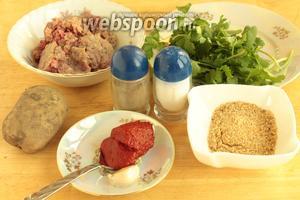 Для котлет в духовке нужно взять фарш средней жирности, зелень, панировочные сухари, чеснок, соль, перец, томатную пасту и картофель.