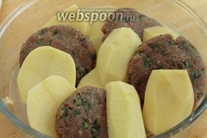 Сложить котлеты и картофельные бруски в смазанную маслом форму.