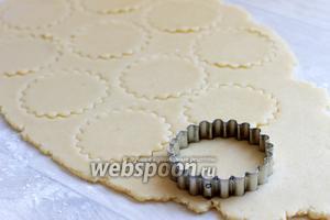 Тесто раскатываем толщиной 0,5 см. Вырезаем печенья.