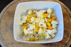 Яйца очистить и тоже нарезать кубиками равного размера с нарезанным картофелем. Выложить к картофелю.
