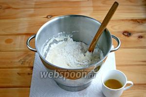 В чашу для комбайна просеять 1/2 муки, добавить яйцо, молоко, оставшийся сахар, соль, ванильный порошок и растопленное сливочное масло. Перемешать ложкой. Далее тесто месил комбайн. В процессе добавила оставшуюся  муку и оливковое масло.