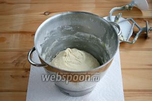 Тесто получается мягкое. Сначала использовала насадку «лопатка», затем — «крюк». Поставить тесто в тёплое место на 30 минут.