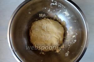 Добавляем холодную воду, замесить тесто. Тесто заворачиваем в пищевую плёнку и убираем в холодильник на 1 час.