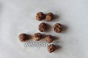 Получится мягкая липкая масса, из которой делаем небольшие шарики. Меньше, чем грецкий орех.