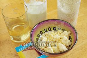 Для приготовления булочек нужно взять муку, йогурт, масло, разрыхлитель и сыр.