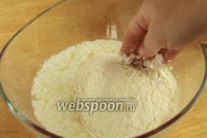 Постепенно вводя муку, замесить мягкое тесто. Слишком долго его не месить и не забивать!