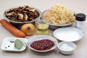 Для приготовления щей нужно взять воду, квашеную капусту, сушёные грибы, свежую морковь, репчатый лук, подсолнечное рафинированное масло, томат-пюре, пшеничную муку, сметану, горошины чёрного перца, лавровый лист, зелень укропа и соль.