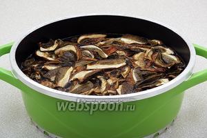 Сухие грибы замочить в холодной воде на 2 часа для набухания. Затем сварить их в той же воде, промыть и тонко нарезать. Грибной бульон процедить.