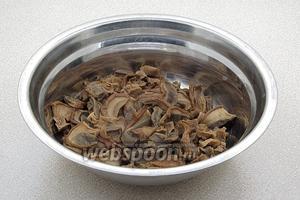 Сварить грибы в той же воде, промыть и тонко нарезать. Грибной бульон процедить.