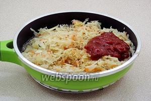 Квашеную капусту отжать, выложить на сковороду, влить немного грибного бульона, добавить томатную пасту и тушить под крышкой около 1,5 часа.