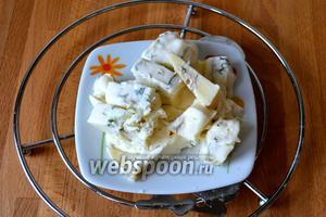 Сыр Горгонзола нарезать кубиками.