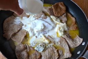 Уменьшить огонь и вернуть в сковороду мясо. Добавить Горгонзолу, сливки и потомить всё вместе 5–7 минут, до загустения соуса.