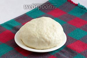 Тесто вымесить на столе, если нужно подсыпая муку, но не забивая ею тесто. По своей структуре и мягкости оно очень похоже на дрожжевое. Накрыть тесто и оставить на время.