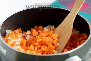 На растительном масле поджарить лук до прозрачности, не зажаривая. Добавить тыкву и, помешивая, поджарить 5-7 минут. Подсолить и добавить сахар, посыпать чёрным перцем. Получается такая серьёзная вкусная начинка.