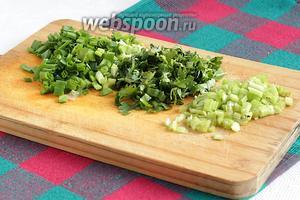 Подготовить зелень. Сельдерей, кинзу и лук нарезать.