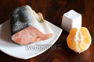 Для приготовления засоленной горбуши вам понадобится соль, апельсин и горбуша.