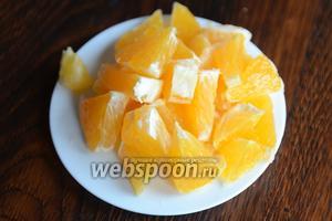 Апельсин нарезаем небольшими кусочками.