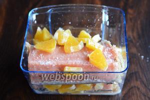 Повторяем пройденные операции с остальной рыбой и апельсинами. Каждый слой необходимо посолить. Отправляем горбушу в холодильник на 24 часа.