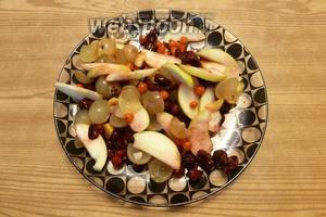 Перемешаем ягоды и фрукты.