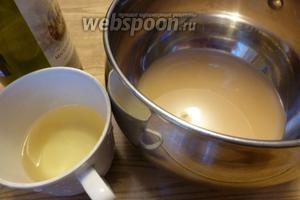 Для маринада берём капустный рассол, сухое вино, сахар и масло.