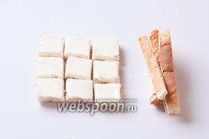 Отрезаем у тостов внешние корки и режем (острым ножом, иначе будет мяться) каждый тост на 9 квадратиков — как сторона кубика Рубика.